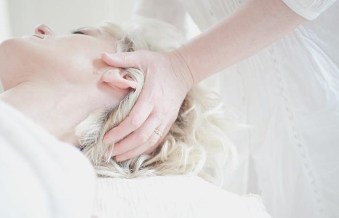 Schulter/Nacken/Kopf-Massage in der Rückenlage